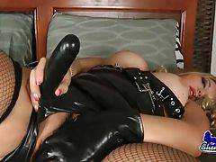 Slutty curvaceous tranny performs awesome sole action.